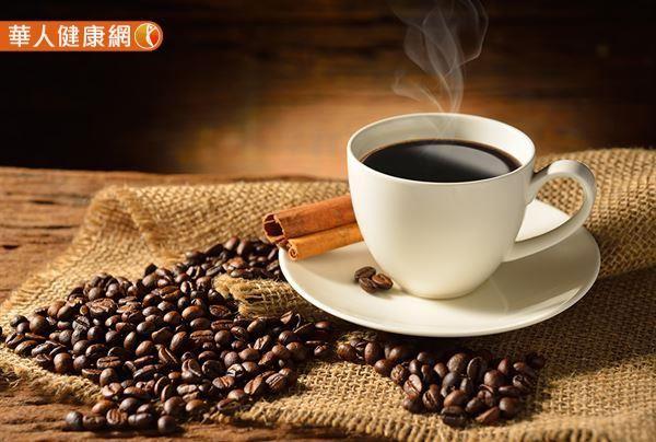 咖啡中含有許多的酚酸,是許多人攝入多酚的主要來源,咖啡中的咖啡因以及多酚具有抗氧化、抗發炎的特性,在攝取咖啡後,體內與發炎相關的生物標記物,如C反應蛋白(C-Reactive Protein,CRP)、白細胞介素-6(Interleukin-6;IL-6),以及腫瘤壞死因子α(Tumor Necrosis Factor alpha,TNFα)等與新冠肺炎的嚴重度和死亡率相關的因子,均有下降的趨勢。