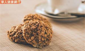 想吃零食又怕胖?DIY蛋白粉、燕麥做的脆穀片!撒上堅果清爽美味更加分